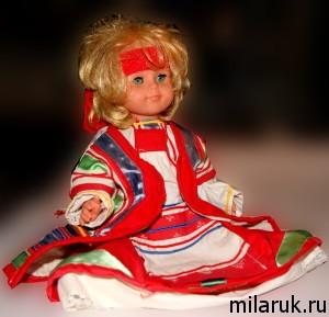 Современная кукла в одежде, сделанной по старинным эскизам