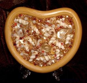 Панно из бусин и ракушек в деревянной рамке на подставке.