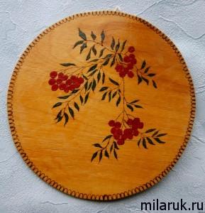 Ветка рябины, выжженная по дереву, покрашенная красками и покрытая лаком