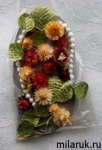 Панно из сухоцветов, бусин иискусственных листьев