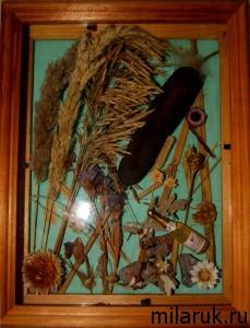 Панно из камыша, сухоцветов и других материалов в рамке