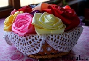 Корзинка с розами из атласных лент декорирована салфеткой связанной крючком