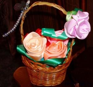 Розы из атласных лент в маленькой корзинке - идея для подарка