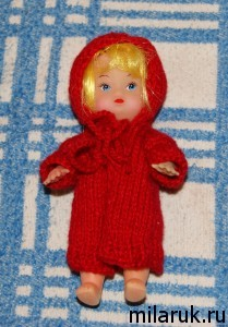 Вязаное спицами пальто для маленькой куклы