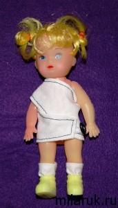 Маленькая кукла в платье из комплекта одежды для нее