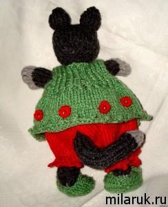 Одетая в вязаную яркую одежду игрушка кошка ручной работы